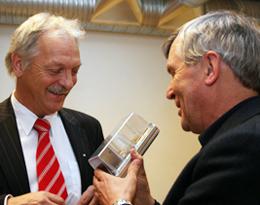 """Her viser Professor Tor-Henning Iversen et """"minidrivhus"""" eller en liten blomsterpotte til næringsminister Odd Eriksen Mai 2006"""