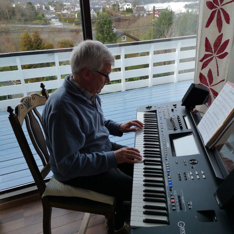 Her spiller morfar på keyboard