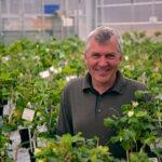Professor Tor-Henning Iversen smiler bredt i det flotte Plantebiosenteret ved NTNU i Trondheim.